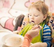 Essen des Jungen Stockfoto