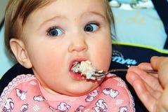 Essen des kleinen Jungen Stockbild