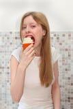 Essen des kleinen Kuchens Lizenzfreie Stockbilder