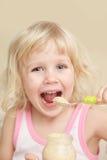 Essen des kleinen Mädchens Lizenzfreie Stockfotografie