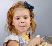 Essen des kleinen Mädchens stockfotos