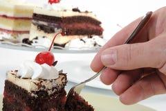 Essen des Kuchens stockfoto