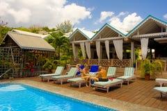 Essen des Mittagessens durch ein Pool in den Karibischen Meeren stockfotos