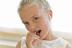 Essen des netten Mädchens lizenzfreie stockfotografie