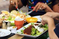 Essen des Salats Stockfoto