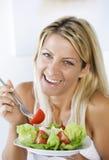 Essen des Salats Stockfotografie