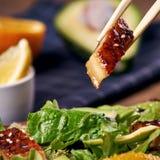 Essen des Salats mit Aal Stockfotografie