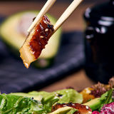 Essen des Salats mit Aal Stockfotos