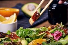 Essen des Salats mit Aal Lizenzfreie Stockfotografie