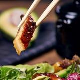 Essen des Salats mit Aal Stockfoto