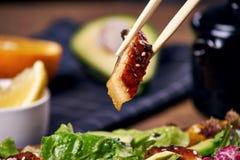 Essen des Salats mit Aal Stockbild