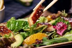 Essen des Salats mit Aal Lizenzfreie Stockbilder
