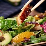 Essen des Salats mit Aal Lizenzfreies Stockbild