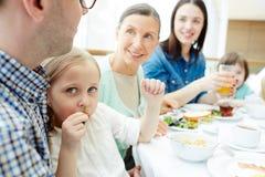 Essen des Snacks lizenzfreies stockfoto