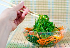 Essen des Wakame Salats Stockfotografie