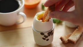 Essen des weichen gekochten Eies mit Toastbrot stock footage