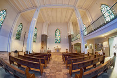 ESSEN, DEUTSCHLAND - 7. MÄRZ 2016: Tageslicht, das in Stadt-Kirche glänzt Stockfotografie