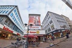 ESSEN, DEUTSCHLAND - 7. MÄRZ 2016: Wenige pedestrants Weg durch eine Einkaufsstraße Stockfotos