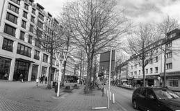 ESSEN, DUITSLAND - JANUARI 25, 2017: Ruettenscheider Strasse is een beroemde het winkelen straat die spanwijdten meer dan versche Royalty-vrije Stock Foto's