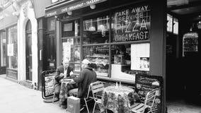 Essen in einem London-Café Stockbilder