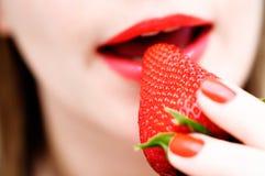 Essen einer Erdbeere Stockfotos