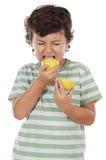 Essen einer Zitrone Stockfoto