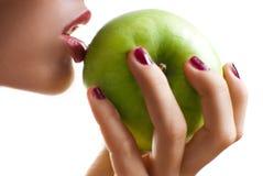 Essen eines Apfels Lizenzfreie Stockfotos