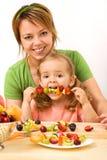 Essen eines gesunden Imbisses stockfotografie
