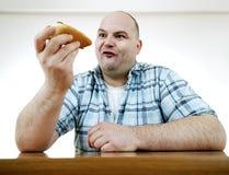 Essen eines Hotdogs lizenzfreie stockbilder