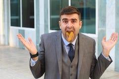 Essen etwas Schwachsinnes im Büro stockfoto