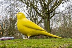 Essen, Germania - 24 gennaio 2018: L'uccello color giallo canarino dagli architetti di Hummert e di Ulrich Wiedermann sta indican Fotografie Stock Libere da Diritti