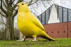Essen, Germania - 24 gennaio 2018: L'uccello color giallo canarino dagli architetti di Hummert e di Ulrich Wiedermann sta indican Fotografia Stock Libera da Diritti