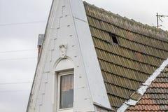 Essen, Germania - 18 gennaio 2018: La tempesta Friederike ha allentato le mattonelle di tetto a Essen Schonnebeck Immagine Stock