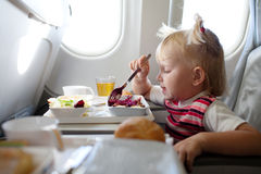 Essen im Flugzeug Stockbilder