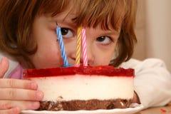 Essen meines Geburtstagkuchens Stockfoto