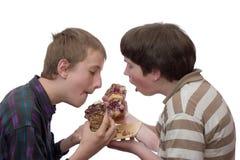 Essen mit zwei Jungen Stockfotos