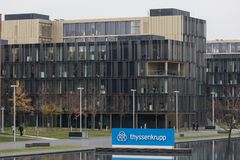 Essen norr Rhen-Westphalia/Tyskland - 22 11 18: thyssenkrupp mer quartier högkvarter i essen Tyskland arkivfoto