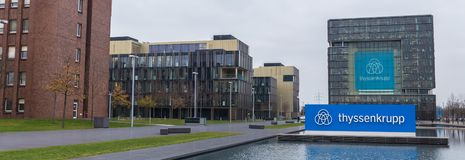 Essen norr Rhen-Westphalia/Tyskland - 22 11 18: thyssenkrupp mer quartier högkvarter i den essen Tyskland panoramautsikten royaltyfri fotografi