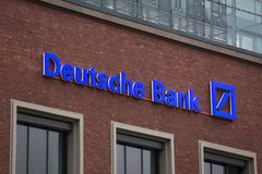 Essen, Renania settentrionale-Vestfalia/Germania - 18 10 18: Deutsche Bank firma dentro Essen Germania fotografia stock libera da diritti