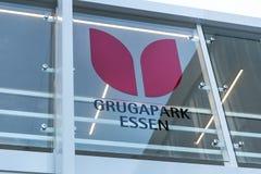 Essen, Reno-Westphalia norte/Alemanha - 02 11 18: o grugapark essen assina dentro essen Alemanha fotografia de stock royalty free
