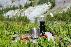 Essen Sie in der Frischluft in den Bergen zu Mittag Lizenzfreies Stockbild
