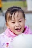 Essen Sie die chinesische Frau der Zuckerwatte Lizenzfreie Stockfotos