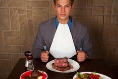 Essen Sie ein Rindfleischsteak Stockfotos