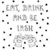 Essen Sie Getränk und seien Sie irisch St- Patrick` s Tagesentwurfs-Hintergrund Beschriftung und Becher Lizenzfreie Stockfotos