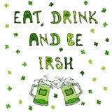 Essen Sie Getränk und seien Sie irisch St- Patrick` s Tageshintergrund Beschriftung und Becher Stockfotos