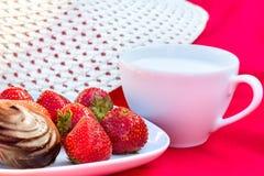Essen Sie im Garten an einem sonnigen Sommertag zu Mittag Stockfoto
