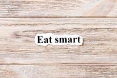 Essen Sie intelligentes des Wortes auf Papier Konzept Wörter von essen intelligentes auf einem hölzernen Hintergrund Stockbild