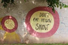 Essen Sie nicht gelbe Schneegraffiti Stockfoto