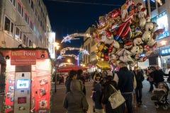 ESSEN TYSKLAND - DECEMBER 04, 2016: En ballonförsäljare tilldrar ungarna som går förbi med deras föräldrar Royaltyfri Fotografi