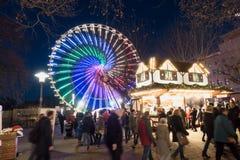ESSEN TYSKLAND - DECEMBER 04, 2016: Oidentifierade individer befolkar det upplysta centret och tycker om julatmosfären Royaltyfria Bilder